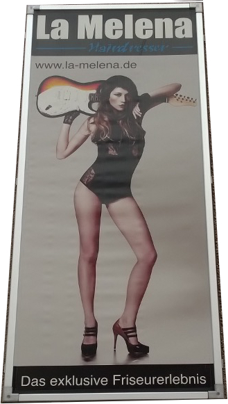 Das Bild zeigt eine Frau im Body mit High-Heels die eine Gitarre über den Schultern trägt.