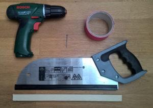 Man braucht: Nagel, Hammer, Holz, Säge, Bohrmaschine, Klebeband