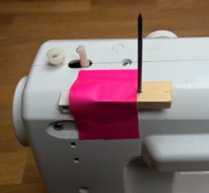 Der 2. Garnrollenhalter wird zunächst provisorisch festgeklebt um danach zu testen ob die Position gut ist.